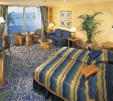 eine Suite mit Meeresblick in den Farben Blau und Gelb gehalten