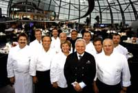 Eckart Witzigmann mit seinem Team posierend für das Foto