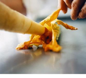 ein gelbes und spiralförmiges küchengericht