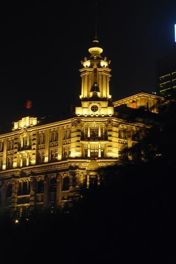 Drei Spitzenrestaurants verstecken sich in diesem Gebäude, dass kaum erkennbar bei Nacht fotografiert wurde