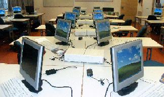 ein Computerraum mit mindestens zehn bildschirmen
