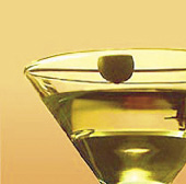 Ein Martini mit einer grünen Olive