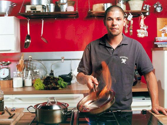 Tim Mälzer während des flambierens in seiner TV Kochsendung