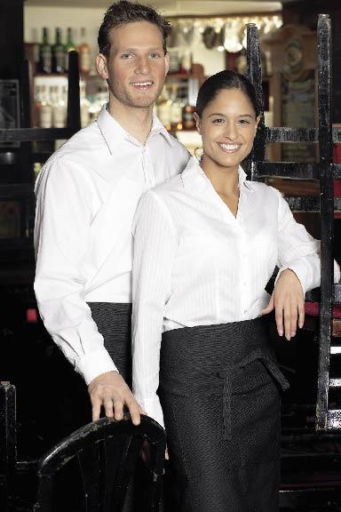 zwei Kellner posieren für das Foto in weißen Hemden und Kellnerschürzen
