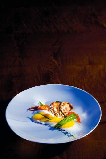 Bretonischer Hummer in gesalzener Butter und Olivenöl sautiert Gelbe Bete in Meersalz gegart und mariniert mit Traubenkernöl Glacierte grüne Spargelspitzen