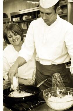 Léa Linster mit einem Kollegen in der Küche