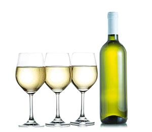 eine Flasche Weißwein mit drei Gläsern gefüllt mit Riesling