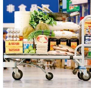 Logistische Meisterleistungen, ein Einkaufswagen, bepackt mit Massen von Lebensmitteln