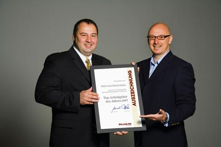 Jürgen Pichler mit seiner Top-Arbeitgeber 2007 Auszeichnung und einem Mitarbeiter