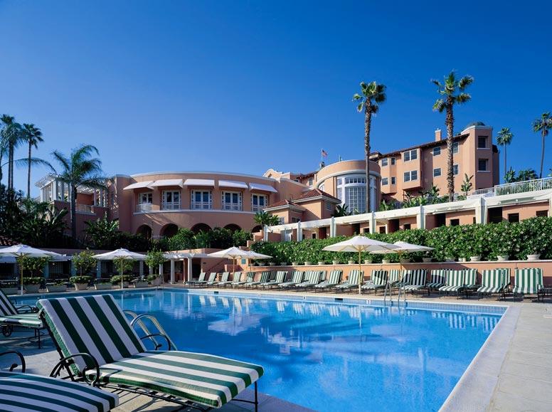 eine Hotelanlage mit Pool und Sonnenliegen