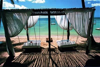 hängende Betten unter einem Baldachin am Strand