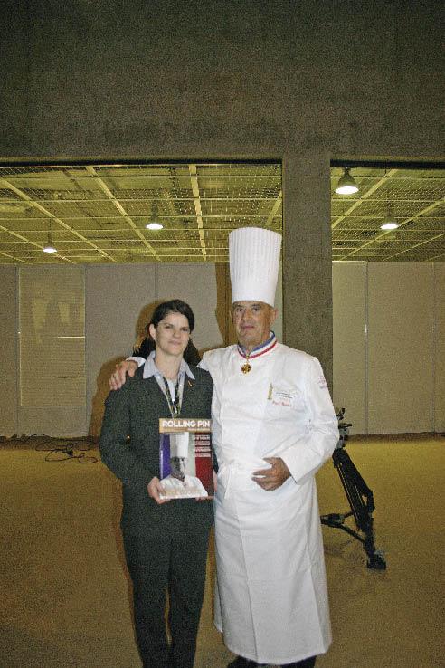 Paul Bocuse und eine Dame mit einer rolling pin ausgaben in der hand