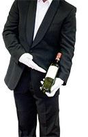 die Koerpermitte eines Kellners haelt und praesentiert eine flasche wein