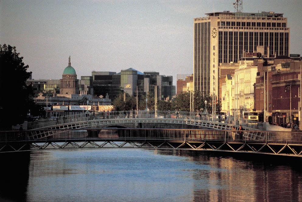 der Fluss Liffey in Dublin und die Stadt