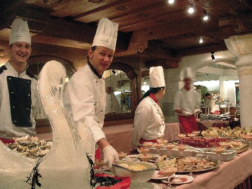 Das Küchenteam des Interalpenhotels kümmert sich um das Buffet