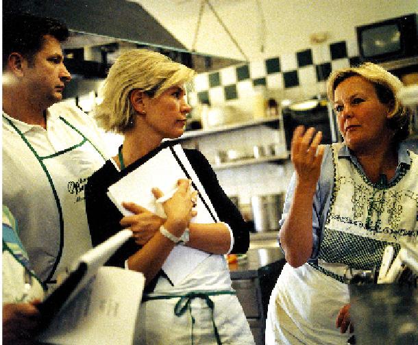 Lisl Wagner-Bacher in einem informationsaustausch mit ihren kollegen