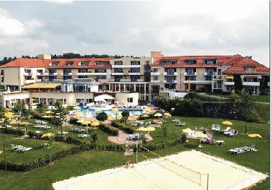 Wellnesshotel thermalhotel mit swimmingpool und beachvolleyball platz