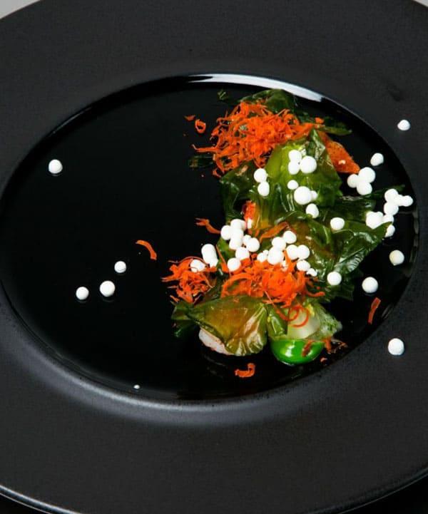 Gebratene King Prawns mit geräuchertem Paprika, Kren und Jakobsmuschel-Rogen
