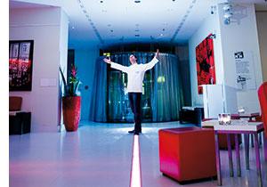 Erich Cochlar uns willkommen heißend in einem Designhotel