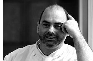Maître d'Hotel Angelo Maresca lehnt seinen Arm nachdenklich in seinen Kopf