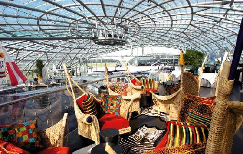 Rattanmöbel im afrikanischem Stil mit bunten Pölstern und Vorlegern im Zebramuster im Hangar-7