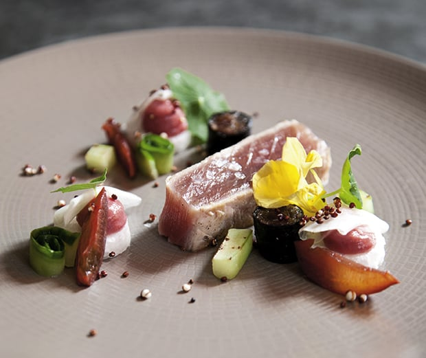 BBQ-Thunfisch, Earl-Grey Pflaume, Rettich, Gartengurke, Kapuzinerkresse