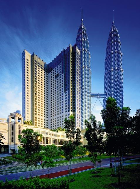 ein Wolkenkratzer der Hotelgruppe Mandarin Oriental und dahinter befinden sich die Petrona Towers
