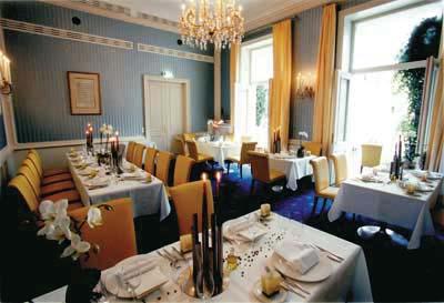 ein Restaurant mit himmelblauen wänden und sonnengelben stoffsesseln