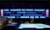 Die Inneneinrichtung eines Hotels im asiatisch, modernen Stil gehalten, mit blauen und flieder farbenen Neon Lichtinstallationen