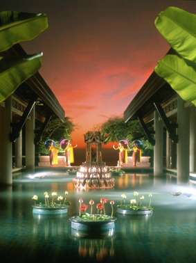 ein Wasserparadies im Orientalischen Stil mit künstliche angelegten Blumen und Palmen