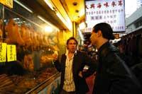 Trettl und ein Kollege vor einem chinesischen Restaurant in Hong Kong wo in der Auslage tote Enten hängen