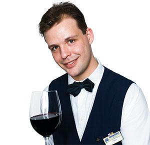 ein Kellner mit einem Glas Rotwein