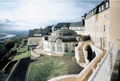 eine luxuriöse Hotelanlage mit einem Pavillon aus einer Glasfront und Freitreppen im Barock Stil