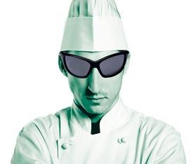 Ein Brustbild eines Kochs mit schwarzer Sonnenbrille