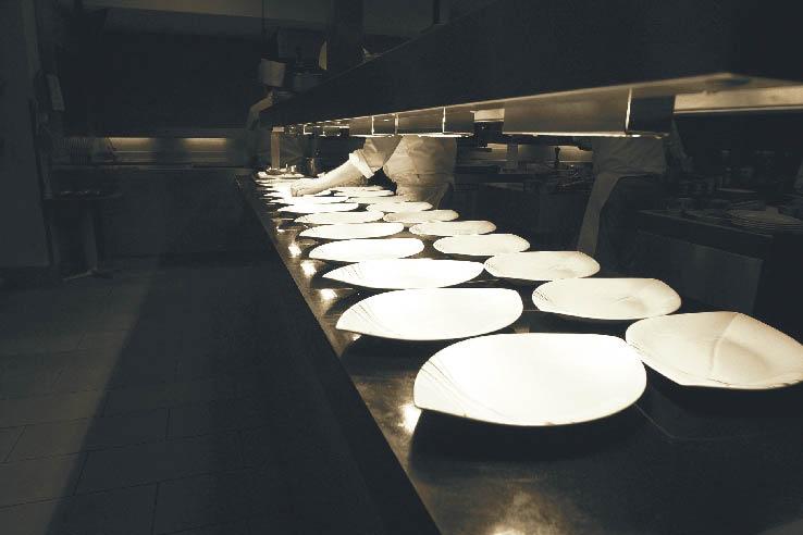 Küchentresen mit vorbereiteten leeren Tellern