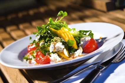 Feldsalat mit mariniertem Ziegenfrischkäse, Mango und Traubenvinaigrette Feldsala