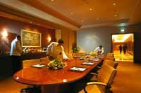 ein Konferenzraum wird von Kellnern für ein Meeting vorbereitet