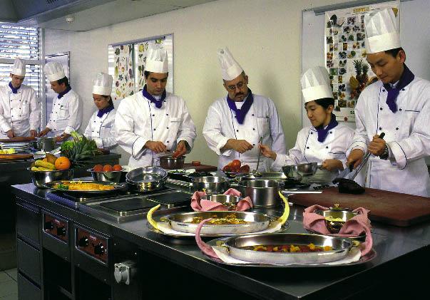 Das Küchenteam bereitet Speisen vor