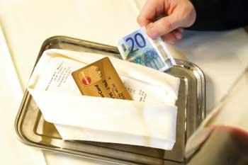 eine Rechnung, eine Kreditkarte und ein zwanzig euro schein sind zu sehen
