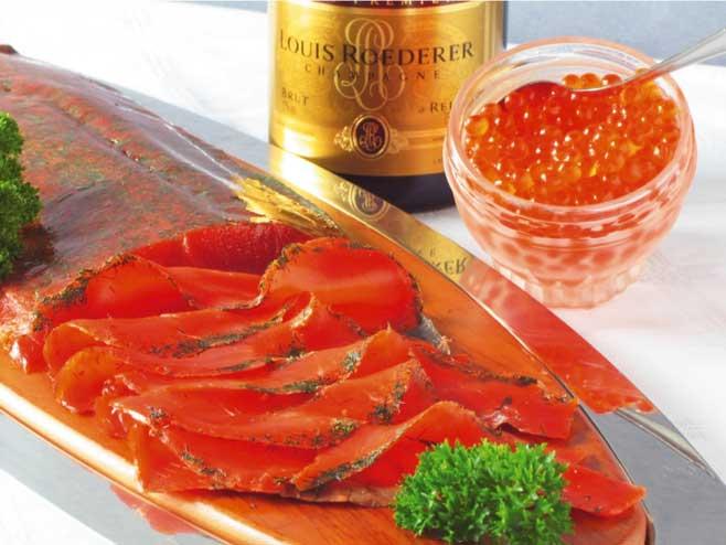 filetierter Lachs mit Champagner und rotem Kaviar