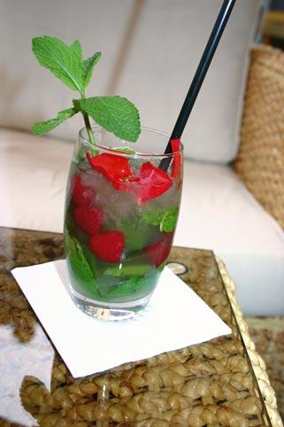 ein Mojito Cocktail mit Erdbeeren