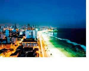der Strand und dahinter die Wolkenkratzer bei Nacht in Rio de Janeiro