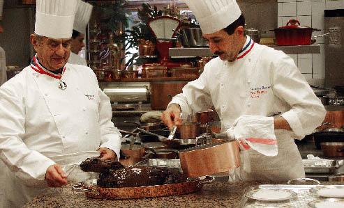 Paul Bocuse beim handwerken mit einem Kollegen in der küche
