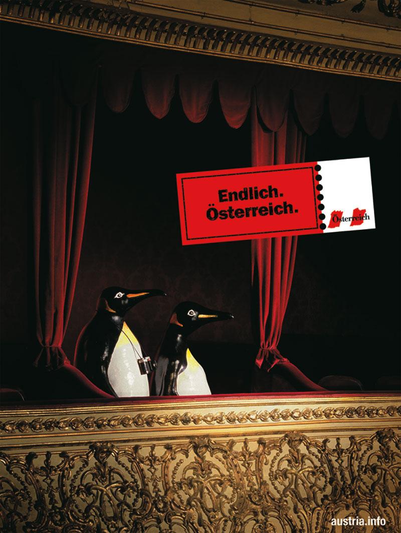 Die endlich. österreich werbung zeigt ein pinguinen paar in der loge einer oper sitzen