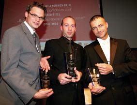 drei männer mit trophäen in der hand