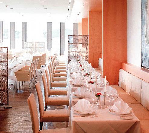 das Restaurant 44 im Swissotel in Berlin in einem pastell Orange gehalten
