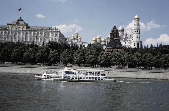 Die Moskwa mit einem Passagierschiff und dahinter sind die goldenen Kuppeln der Christ-Erlöser-Kathedrale zu sehen