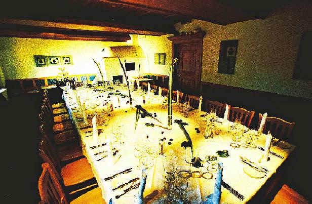 eine lange prachtvoll gedeckte Tafel im Restaurant Zur Blauen Gans