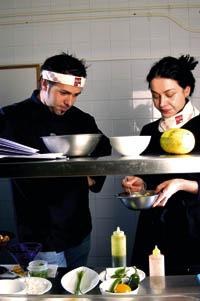 Roland Trettl und Kollegin in der Küche