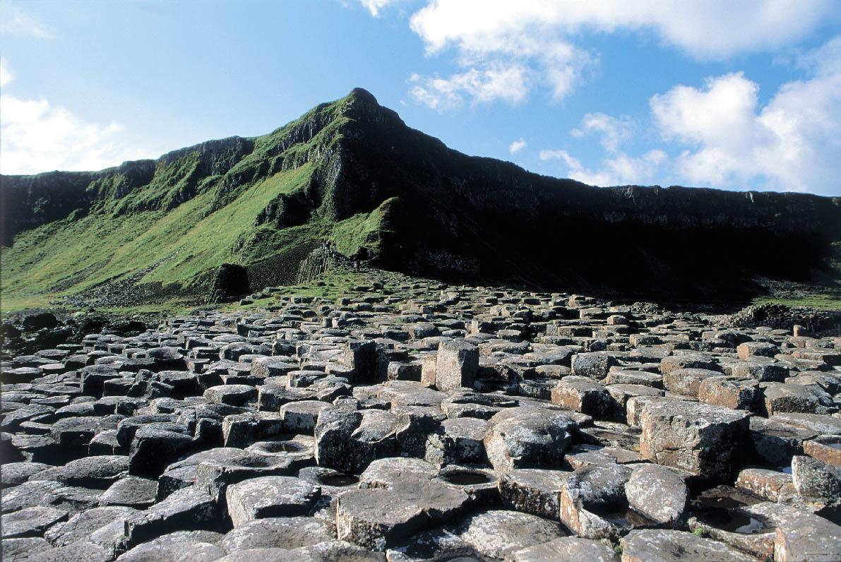 Berge und Steine auf der grünen Insel
